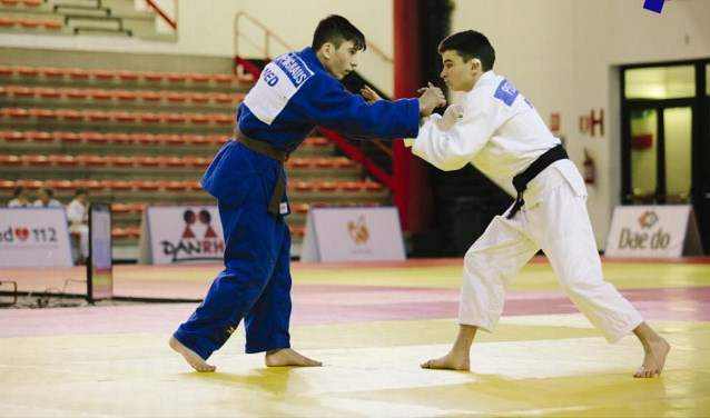 De Enschedese judoka Rico Poppinghaus (links) tijdens zijn partij om het brons tijdens de Cadet European Judo Cup in Italië.