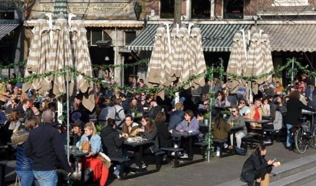Op de Grote Markt vind je heel veel expats, internationale studenten en Hagenaars door elkaar heen.