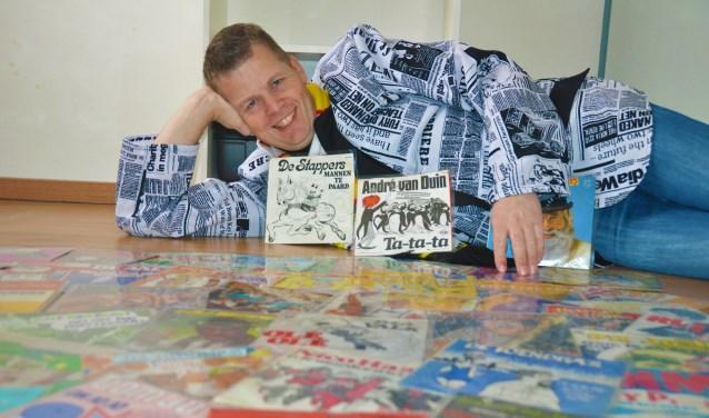 Barko Smits met een klein deel van zijn collectie carnavals-singles. In totaal heeft hij bijna 700 singles en 100 elpees met carnavalsmuziek.