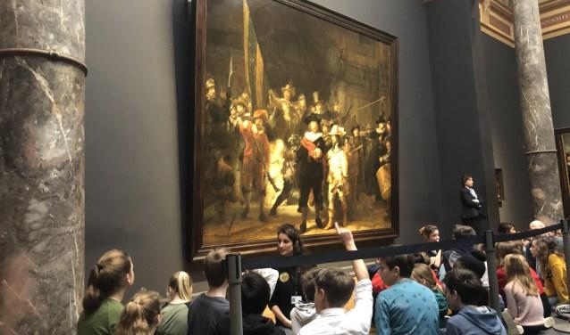 Bij de Nachtwacht van Rembrandt mochten de kinderen van de Rosmolen helemaal vooraan zitten en werden alle bijzondere details besproken.