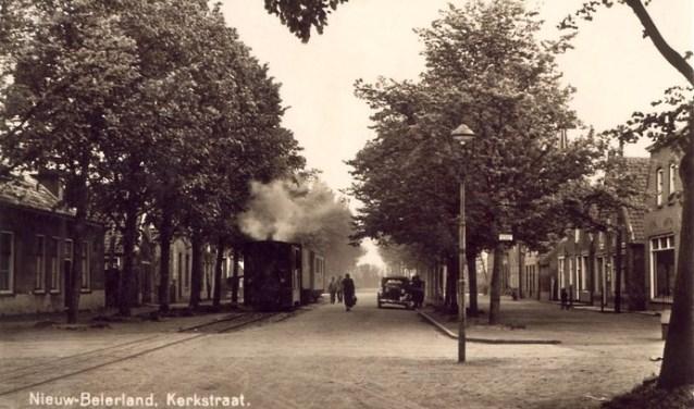 De tram in Nieuw-Beijerland reed niet alleen onder een hele rij lindebomen, maar had onder deze bomen ook een halte (Foto: PR).
