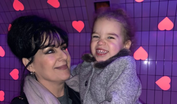 Foto van Jeroen van der Linden van nichtje Hailey Henson met moeder Miranda de Waard.