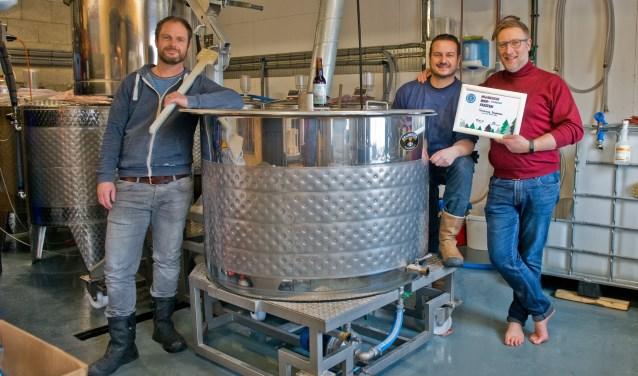 De drie heren van brouwerij d'n Drul & Stollenberg zijn trots op hun eerste prijs. (Foto: Maaike van Helmond)