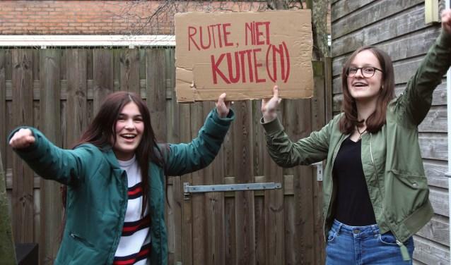 """Voor Donja en Denise is 'klimaatspijbelen' een serieuze zaak. """"Onze kinderen mogen niet de laatste generatie zijn."""" (Foto: Lysette Verwegen)"""
