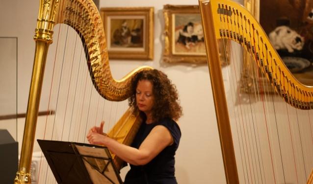 Harpiste Carla Bos nam het publiek mee langs de Rijn in haar concertvoorstelling 'Sagen van de Rijn'. Foto: Jacques Stam