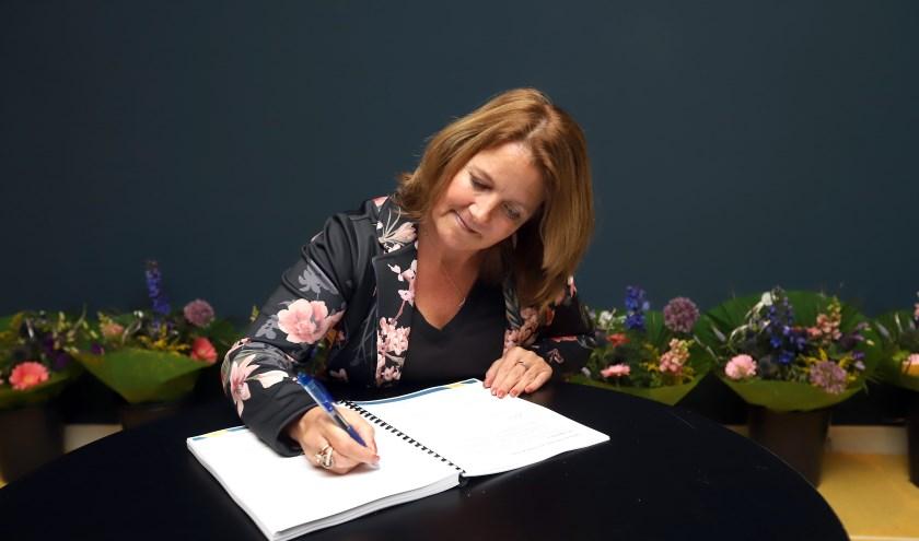 Wethouder Kathy Arends tekent namens Lansingerland het Regioakkoord Nieuwe Woningmarktafspraken Regio Rotterdam 2018-2030. Foto: Peter de Jong.