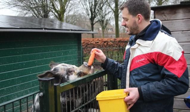 Coördinator Jasper is een van de vrijwilligers die op vaste dagen in de week de dieren van de kinderboerderij voert. (Foto: Lysette Verwegen)