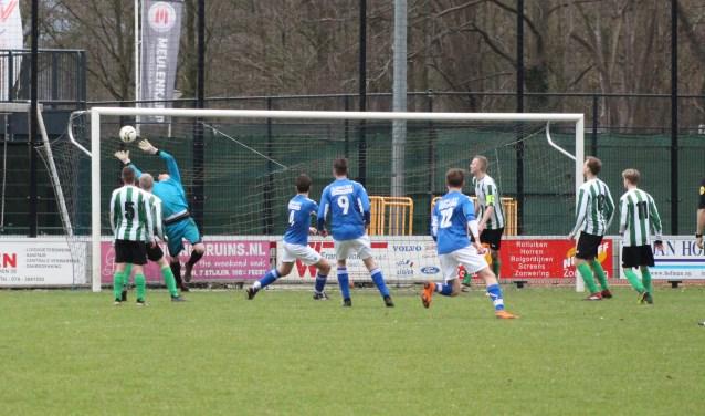 Tim Kamphuis haalt de bal op miraculeuze wijze uit de kruising na een scrimmage voor het doel.