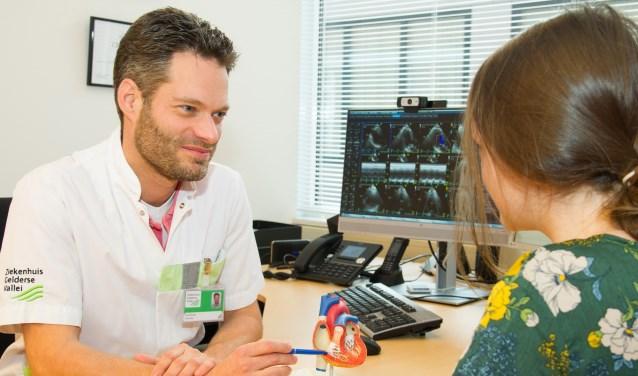 Cardioloog dr. Erik Udo in gesprek met patiënt (Foto: Ernst-Jan Brouwer
