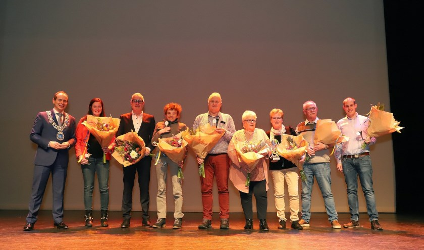 Burgemeester Ederveen met de winnaars van de Vrijwilligerstrofeeën. Foto: Geert Vaessen Fotografie.