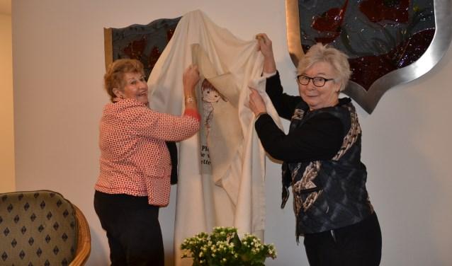 Bewoonsters Tine Peels en Riet den Dunnen onthulden de kunstwerken onthuld. Foto: Mimi van Rossem