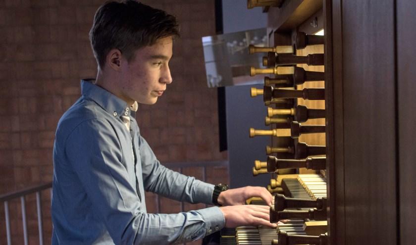 Casper Struijk aan het orgel in Schiebroek. Foto: Dick Sanderman.