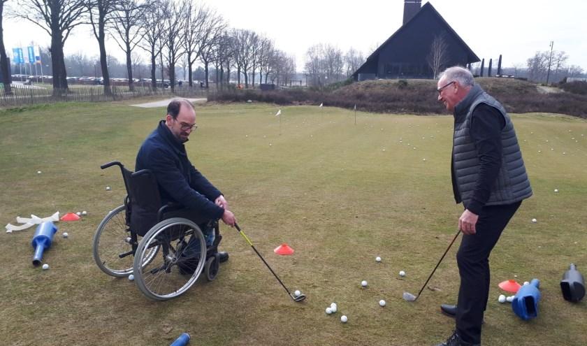 Ook in een rolstoel kan uitstekend gegolfd worden, merkte  gedeputeerde Henri Swinkels.