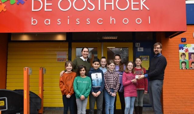 De leerlingenraad overhandigt het bedrag aan Guido Verweij.