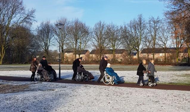 Vrijdag is wandeldag voor zoveel mogelijk bewoners, zeker op een prachtige winterdag. Foto: Liesbeth van Sas.