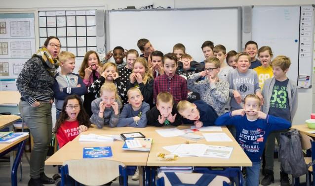 Juf Matthanja Garms samen met haar leerlingen van groep 7/8 (foto: Jacqueline Imminkhuizen)