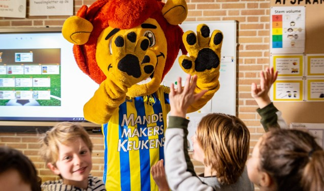 Ook RKC-mascotte RiKCy was aanwezig bij de aftrap van het leesproject 'Scoor een Boek!' op basisschool de JPS in Heusden. Foto: Yuri Floris Fotografie