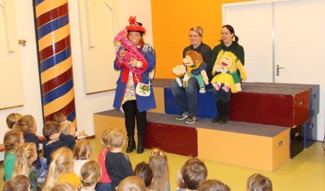 Aan de hand van een lespakket krijgen kinderen in Schorsbos les van bevlogen vrijwilligers les over carnaval. Foto: Wendy van Lijssel