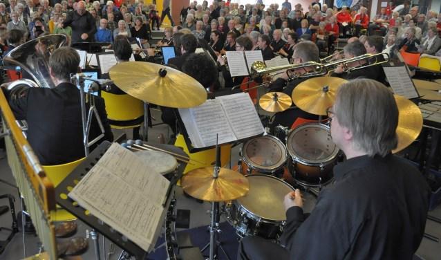 Met op zijn minst vijftig muzikanten verzorgt Muziekvereniging Concordia uit Hengelo alweer voor de zeventiende keer de muzikale omlijsting.