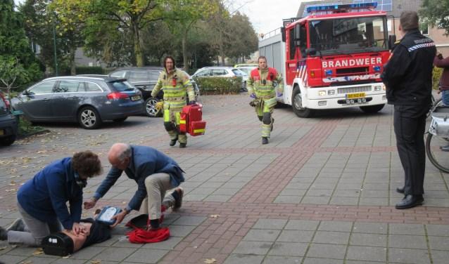 In drie jaar tijd heeft de Stichting Hartreanimatie Stichtse Vecht meer dan 90 AED's naar buiten gekregen. Foto: Ria van Vredendaal