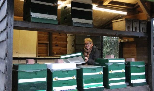 Imker Marjolein van der Valk controleert met regelmaat de inhoud van haar 20 'uit de loop' geplaatste bijenkasten op 2 Maarnse locaties.