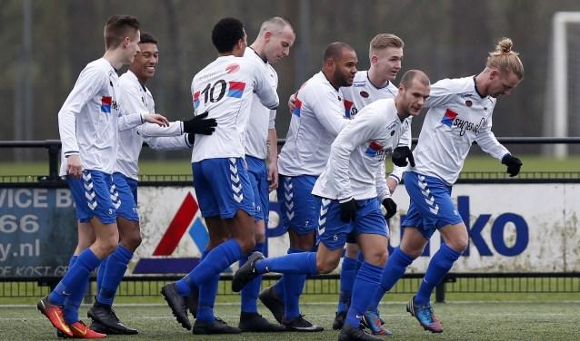 De spelers vieren één van de goals afgelopen zaterdag thuis tegen Pernis (foto: John de Pater)