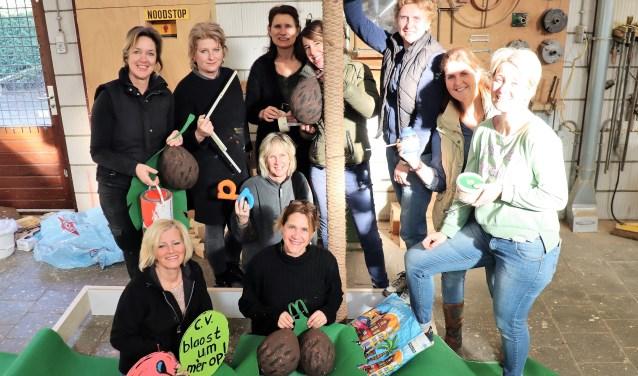 De tien dames van CV Blaost um mar op uit Alem hebben veel plezier bij het bouwen van hun carnavalswagen.
