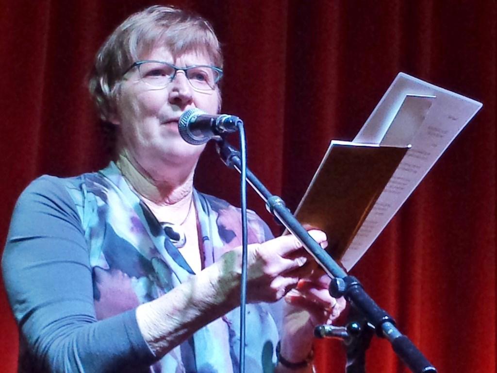 Winnaar gedichtenwedstrijd Poëzieweek Heumen categorie volwassenen Ans van Kessel, Meest Poëtische Heumie. Foto: MariannA Bakker © Persgroep