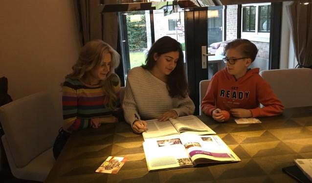 Seviye van Wier-Koca, fractievoorzitter Lokaal-Hengelo, met haar kinderen aan de keukentafel. Eigen foto