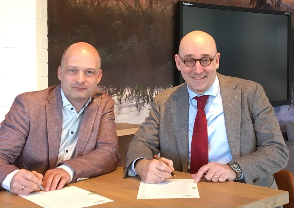 """Herman Soepenberg van Quadraam (rechts) en Mark van Westerlaak van de Groene Allianties de Liemers ondertekenden woensdag 27 februari de Verklaring van Verbinding. """"Het is belangrijk om met elkaar iets te doen om de leefbaarheid te verbeteren."""""""