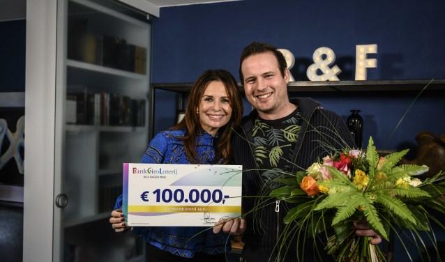 Frank ontvangt een cheque van 100.000 euro uit handen van BankGiro Loterij-ambassadeur Leontine Borsato. (foto: pr)