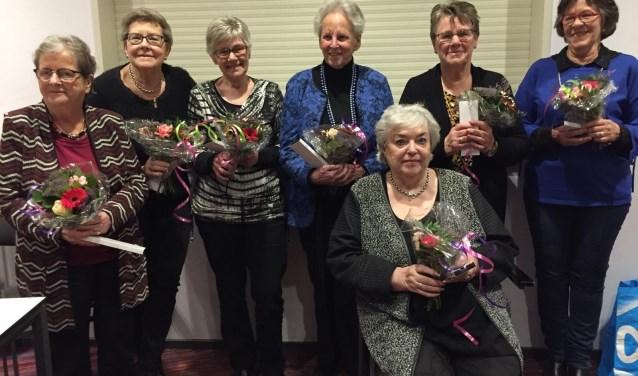 Na het uitreiken van bloemen en als blijvende herinnering een brievenopener werd de groepsfoto gemaakt. (Ingezonden foto)