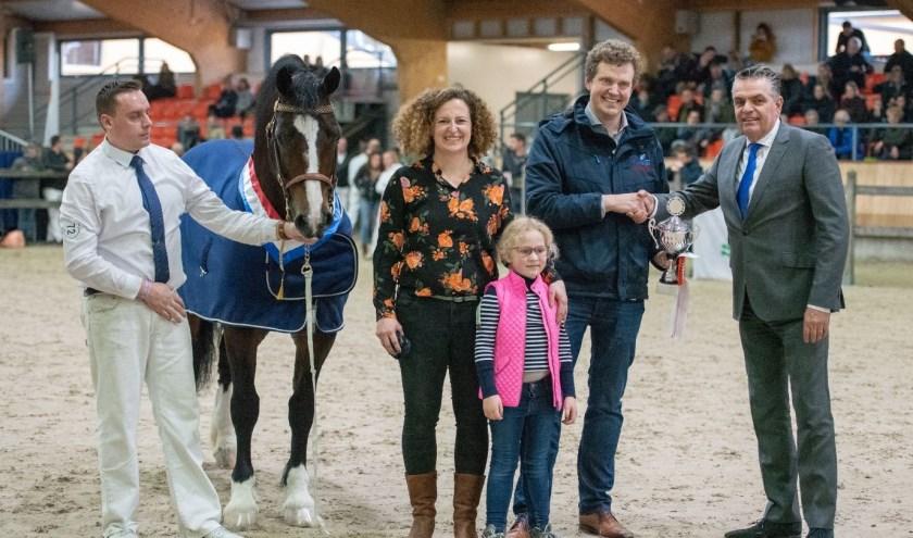 De familie Meerburg ontvangt de beker uit handen van NWPCS-voorzitter Piet Peters