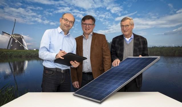 René Lambregts (links) van Waterschap Brabantse Delta tekent intentieverklaring voor de haalbaarheid van zonneweide op Nieuwveer. Dit onder toeziend oog van Joop van Hasselt (rechts) van BRES en Ger de Weert (midden) van Stichting Support ONS 2050