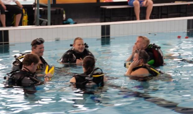 Een onderonsje in het zwembad tijdens de open dag in Helsdingen. Foto: Jacques Stam