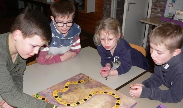 Kinderen druk bezig bij IVN. Meer informatie kan is te vinden op www.ivn.nl/valkenswaard-waalre.