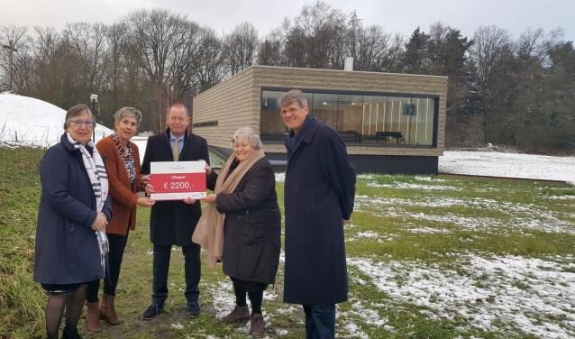 Crematoria Twente heeft 2.200 euro overhandigdaan de stichting Leendert Vriel Noordoost-Twente.