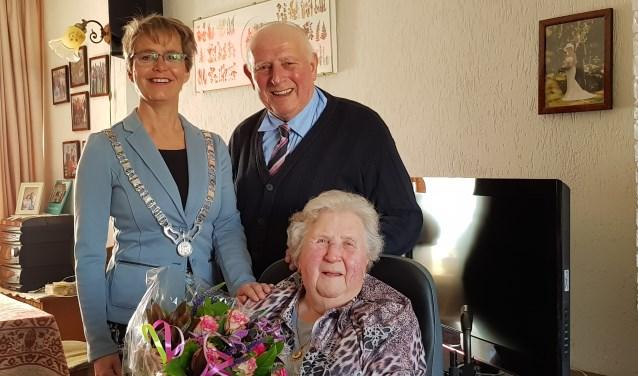 Het echtpaar Hopman en burgemeester Yvonne van Mastrigt. Tekst: Ria van Vredendaal, foto: Edel van Slooten, gemeente Stichtse Vecht