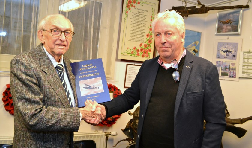 Pieter van Wijngaarden overhandigde een boek aan de heer De Leur, oud-medewerker van Aviolanda. (foto: Arco van der Lee)