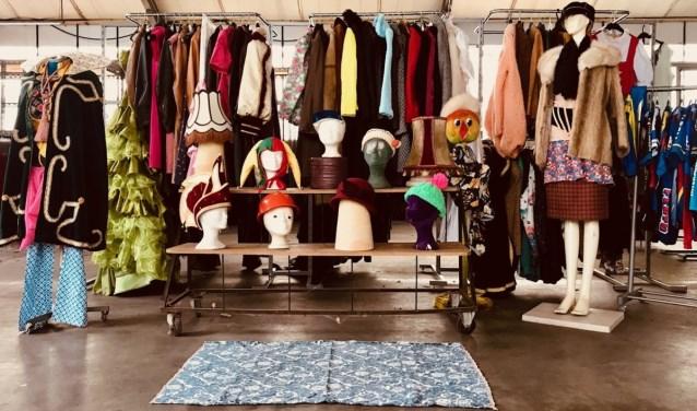 Van wielershirtjes tot bontjassen en soepjurken. Het moet gek lopen als je zonder Vastenavend outfit naar buiten loopt bij Vintage Vastenavend.