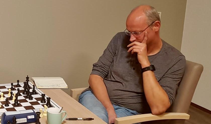 Afgelopen maandag was ronde achttienaan de beurt met de topper Kees van den Nieuwendijk (op de foto) tegen Martin Krijger. FOTO: PR