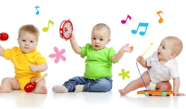 Jonge kinderen en hun ouders leren tijdens de workshop Muziek op schoot spelenderwijs hoe leuk muziek is door te zingen, dansen en op instrumenten te spelen.