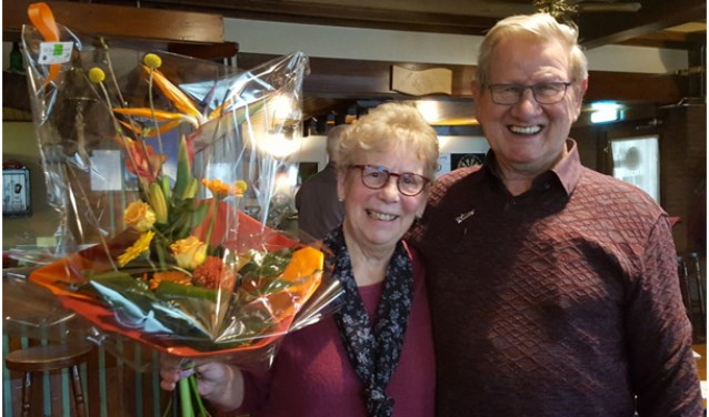 De trotse jubilaris met zijn vrouw Doortje. (foto: Jan van Haandel)