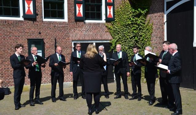 Maasstedelijk Mannenensemble tijdens een concertreis