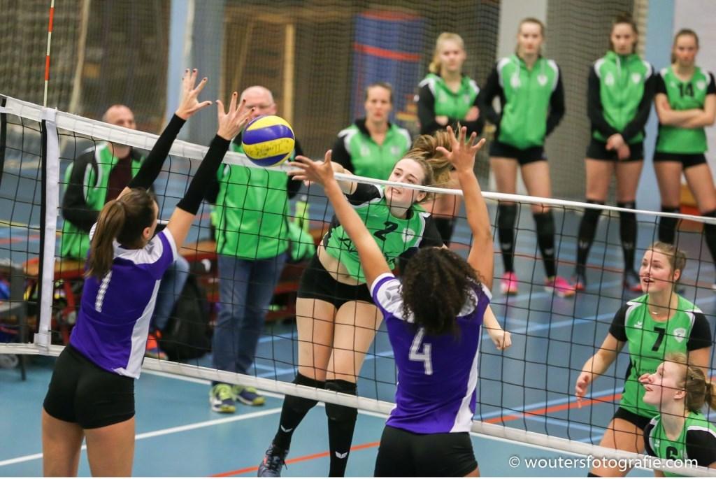 Lieke Wouters ramt de bal door het blok. Foto: Erik Wouters © Persgroep