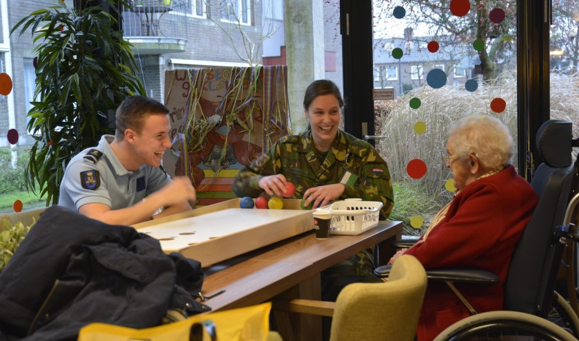 De cadetten van de KMA gaan vrijdag 8 februari ook op bezoek bij verschillende zorginstellingen. Ze zetten bewoners extra in 't zonnetje, onder mee door met hen te sjoelen of gewoon gezellig een gesprek te voeren.