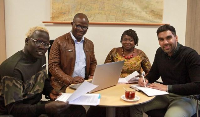 Voorzitter James Owie (2e vanaf links) en samenwerkingspartners overleggen over het project 'Vooruitkomen'. (Foto: Peter van Zetten)