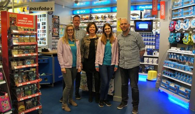 Henk en Carola Heijkoop met op de voorgrond een deel van het winkelteam. (Foto: Thea van der Raaf)