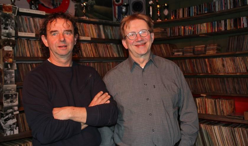 Peter (l) en Noot de Kort zijn gek op vinyl maar zijn na 20 jaar klaar met het gesjouw voor de Vinylavond. Foto: Wendy van Lijssel.