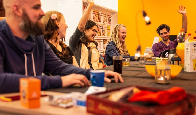 De deelnemers aan de eerste verhalende spellenavond in de bieb van Oudheusden zitten er klaar voor.